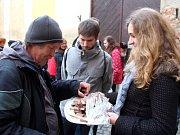 Dobrovolníci na Blažejském náměstí v centru Olomouce rozdávali jídlo lidem bez domova