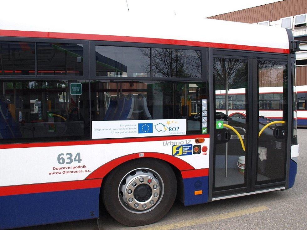 Autobusy Solaris Urbino 12 v barvách Dopravního podniku města Olomouce. Ilustrační foto