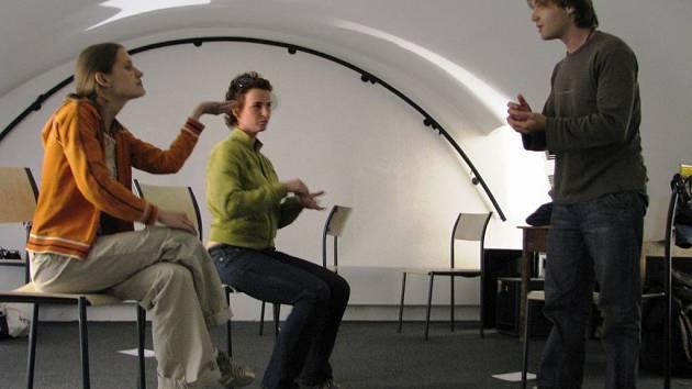 Způsoby divadelní terapie si zájemci vyzkoušeli pod vedením Martina Polínka.