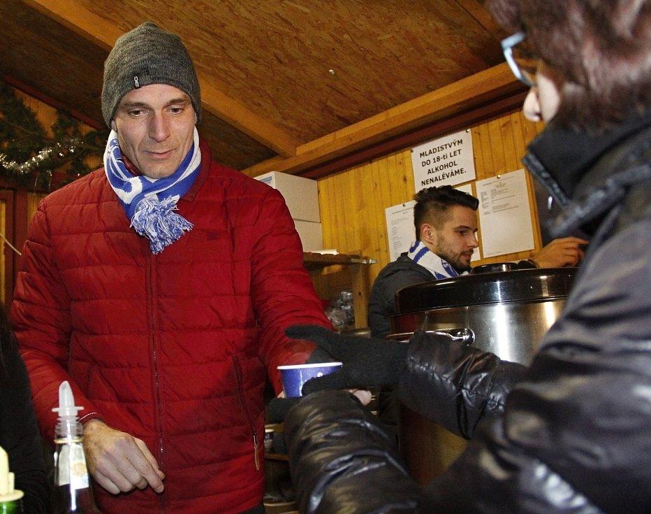 Fotbalisté Sigmy prodávali punč pro Dobré místo pro život.Miloš Buchta
