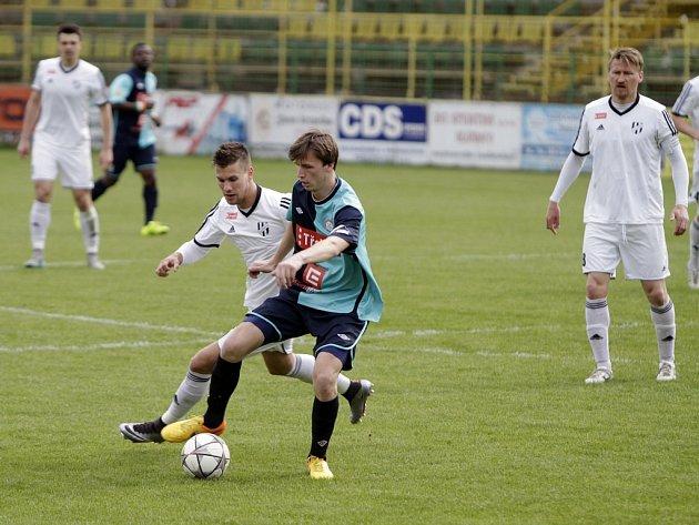 Fotbalisté HFK Olomouc (v bílém) proti Třebíči