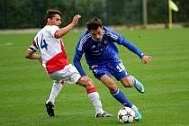 Fotbalisté Sigmy (v modrém) v zápase Juniorské ligy proti Slavii Praha