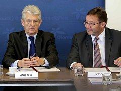 Lídr ANO v Olomouckém kraji Oto Košta (vlevo) a lídr ČSSD Jiří Zemánek při podpisu koaliční smlouvy