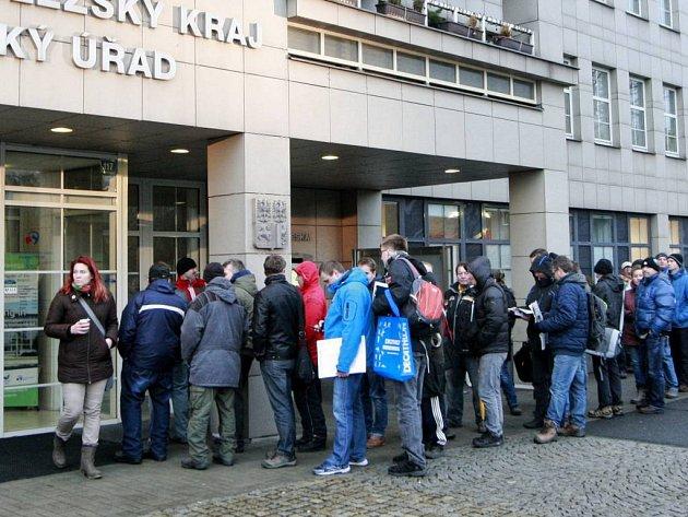 Fronta žadatelů o kotlíkové dotace před krajským úřadem v Ostravě. Ilustrační foto