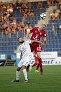 Olomoučtí fotbalisté (v červeném) remizovali se Slováckem 0:0Tomáš Zajíc (v bílém) a Václav Jemelka