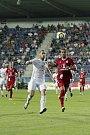 Olomoučtí fotbalisté (v červeném) remizovali se Slováckem 0:0Stanislav Hofmann (vlevo) a Tomáš Chorý