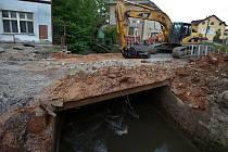 Bourání starého mostku v Pňovicích