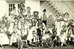 Společná fotka svatebčanů z roku 1924 z rekonstrukce tradiční hanácké svatby.