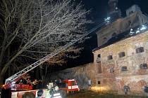 Hasiči likvidují požár na střeše bývalé sladovny v Říkovicích.