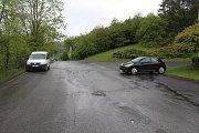 Parkování na sídlišti Sychrov je problematické. Řidiči mohou špatným stáním komplikovat průjezd autobusů.