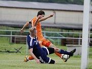 Uničovští fotbalisté porazili v přípravném zápase s béčkem Sigmy (v oranžovém) 6:2