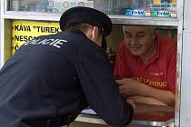 Policejní kontrola zákazu rozlévaného tvrdého alkoholu na stánku v Olomouci.