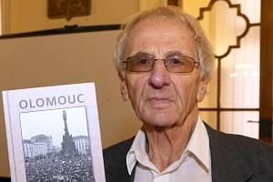 Miloslav Čermák se svou knihou Olomouc v roce 1989