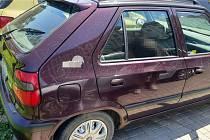 Vandal poškodil lak na šesti vozidlech.