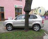 Automobil řízený mužem s alkoholem v krvi vjel na křižovatce ulic Ibsenova a Schweitzerova v Olomouci na chodník a srazil třiapadesátiletou ženu. Foto: