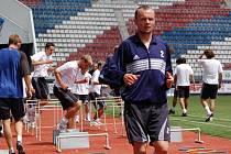Hráči Sigmy Olomouc podstupují tréninkový dril pod koučem Martinem Pulpitem.