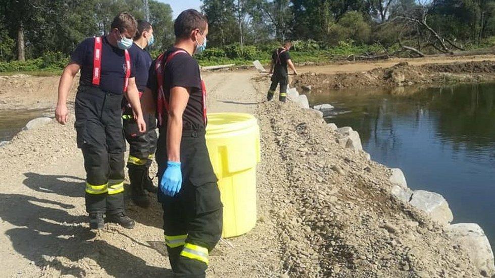 Hasiči zasahují u úniku látky do Bečvy v září 2020. Ilustrační foto