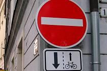 Zde jednosměrka pro cyklisty neplatí, můžou oběma směry. Ilustrační foto