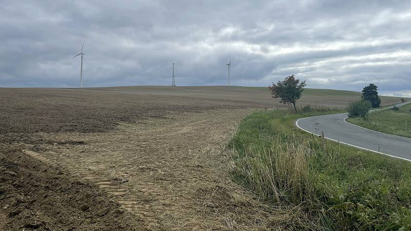 Nejstarší větrníky na Olomoucku se točí u Hraničných Petrovic, v sousedství Jívové. Září 2021