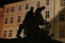 Pouze stíny a siluety slavného souboru šesti barokních kašen i sedmé, moderní Arionovy kašny, nabízela v posledních dnech Olomouc.