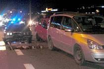 Hromadná srážka pěti aut před rondelem u Globusu