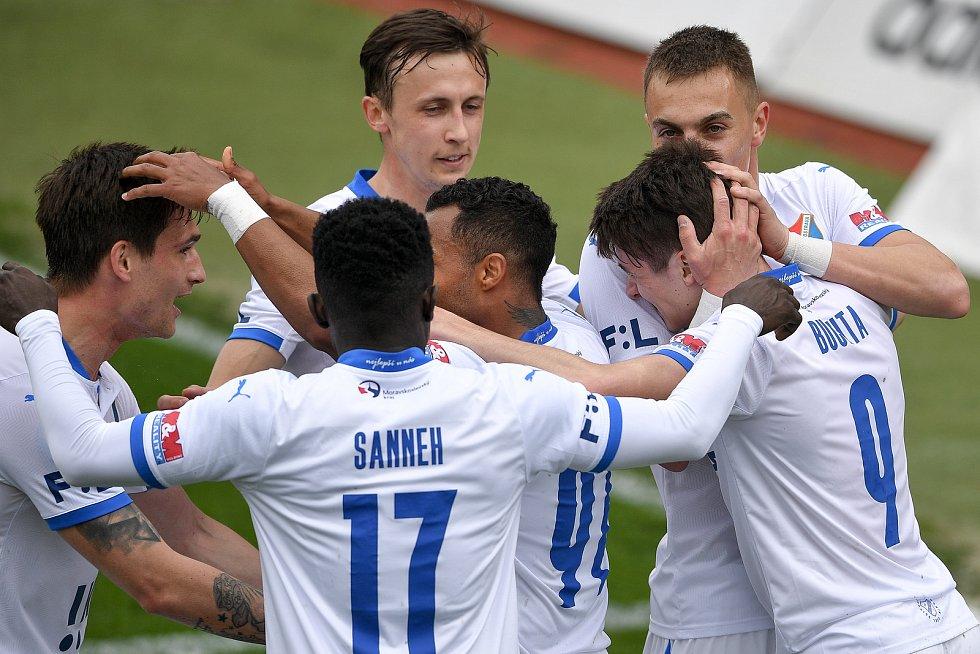 Utkání 29. kola první fotbalové ligy: Sigma Olomouc - Baník Ostrava, 24. dubna 2021 v Olomouci. (vpravo) David Buchta z Ostravy s týmem se radují z gólu.