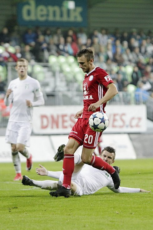 Olomoučtí fotbalisté (v červeném) v sedmém kole HET ligy vyhráli na hřišti Karviné 5:3. Šimon Falta