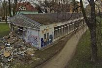 Zdevastovaný bývalý pavilon D v Bezručových sadech v Olomouci