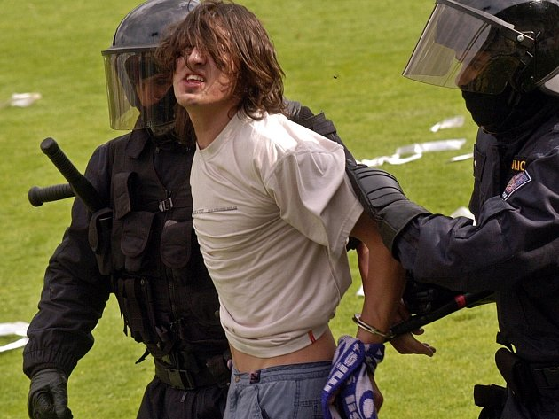 Kdo zaplatí náklady na umravnění fotbalových výtržníků?