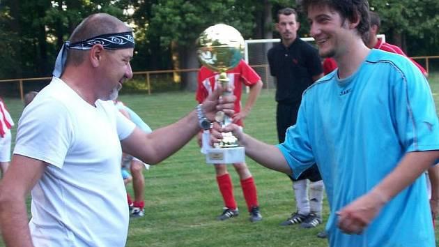 Starosta Střeně Vladimír Kamínek předává pohár vítěznému týmu