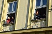 Okna Moravského divadla ozdobily nůžky. Symbolizují blížící se premiéru hry Splašené nůžky