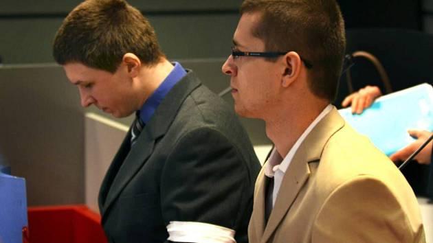 Miroslav Jurečka (vlevo) a Petr Pišan (vpravo) u krajského soudu v Olomouci