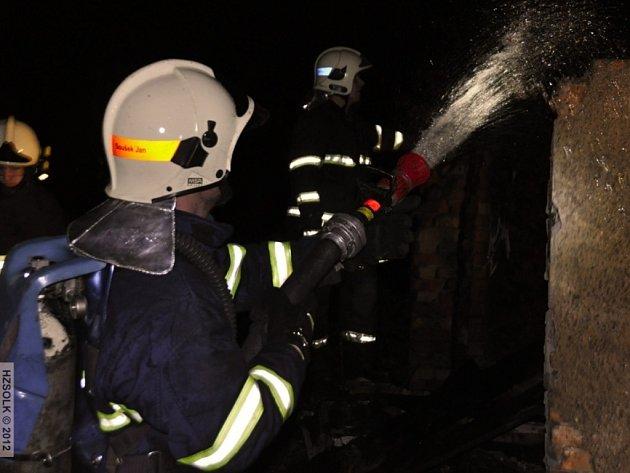 Požár popelnice a přístavku rodinného domu v Dubu nad Moravou