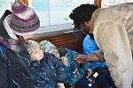 Cestující v tramvaji trápili čerti, na pomoc přispěchal Mikuláš s anděly