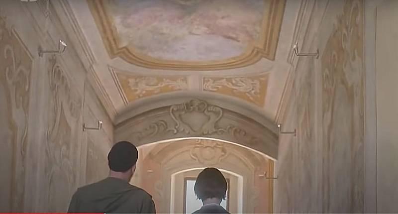 Screen z filmové minisérie Modré stíny.  Schodiště -  jezuitský konvikt