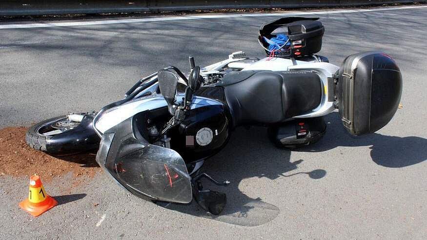 Srážka motorky a Mitsubishi Pajero u Šternberka