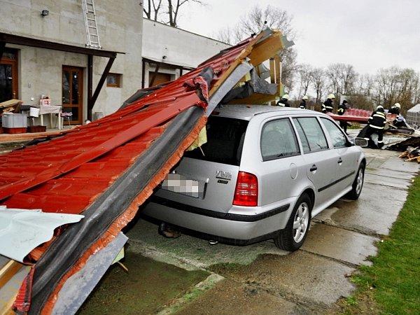 Silný vítr odnesl střechu budovy vulici Na Ostrově