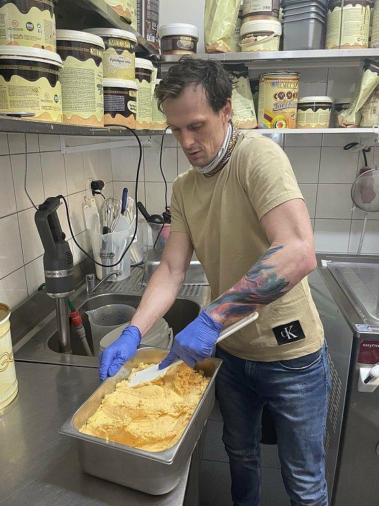 Lukáš Ráb, majitel olomouckého Zmrzlinária Café Centro, vyrobil rakytníkovou zmrzlinu, 5. února 2021