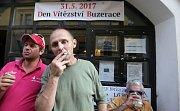 Kuřáci z kultovního olomouckého podniku Ponorka našli azyl před hospodou