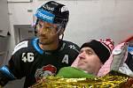 David Krejčí s fanouškem, který dorazil přímo z nemocnice.