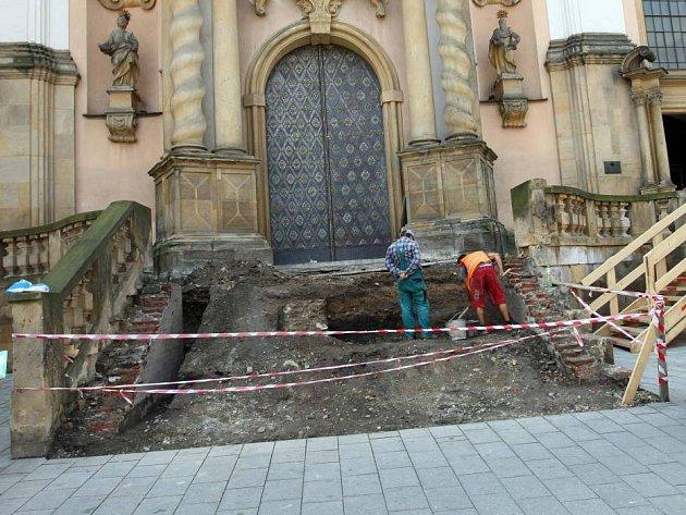 Oprava schodů u chrámu Panny Marie Sněžné