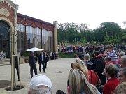Lidé čekají před oranžerií v zámeckém parku v Čechách pod Kosířem na příjezd prezidenta