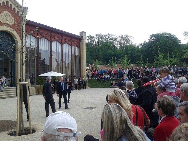 Lidé čekají před oranžerií vzámeckém parku vČechách pod Kosířem na příjezd prezidenta