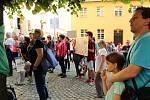 Další shromáždění namířené proti ministru financí Andreji Babišovi a prezidentu Miloši Zemanovi se konalo ve středu v podvečer na Žerotínově náměstí u kostela sv. Michala v Olomouci. Více než stovka lidí přišla opět vyjádřit svůj nesouhlas s aktuálním pol