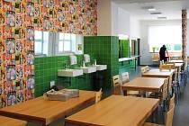 Jídelna. Dostavěná a zrekonstruovaná základní škola v Nemilanech