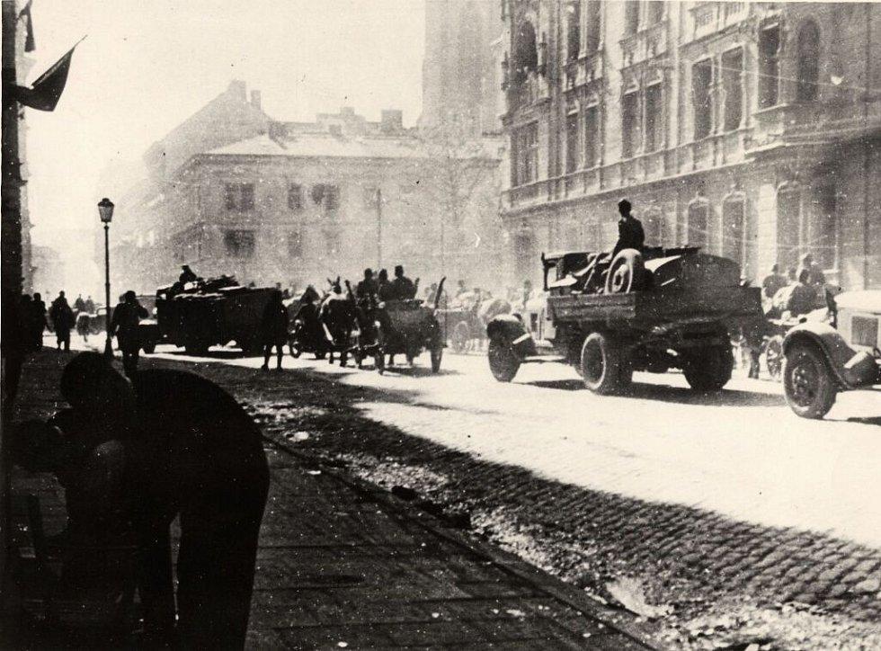 Kolona Rudé armády projíždí Komenského ulicí, květen 1945