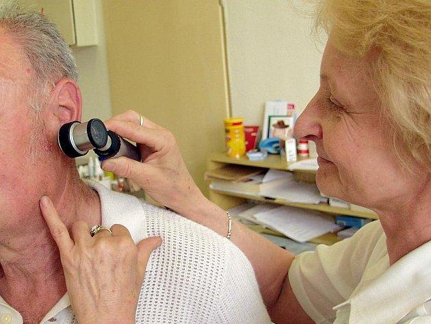 Jitka Dobešová vyšetřuje pacienta.