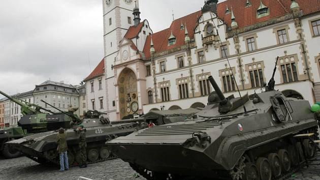 Slavnostní nástup armády na Horním náměstí k 10. výročí vstupu do NATO