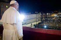Papež František nad zaplněným Svatopetrským náměstím v Římě