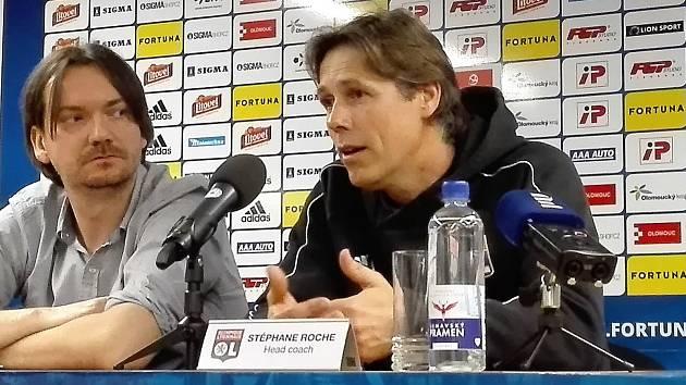 trenér devatenáctky Lyonu Stéphane Roche (vpravo)